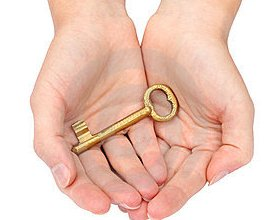 hand-holding-gold-key-15113389